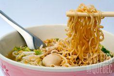 Soupe asiatique à la Nickey #recettesduqc #soupe #repas #cuisinedumonde Mets, Soup Recipes, Spaghetti, Asian, Ethnic Recipes, Gluten, Food, Table, Cooking Recipes