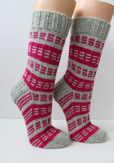 Knitted woolen socks by hand. Made from woolen shoes - Super knitting Knitting Stitches, Knitting Socks, Hand Knitting, Knitted Hats, Knitting Patterns, Woolen Socks, Gris Rose, Cute Socks, Designer Socks