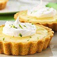 Receita de Tortinha de Limão - 4 xícaras (chá) de farinha de trigo, 1 xícara (chá) de açúcar, 3 gemas, 12 colheres (sopa) de manteiga, raspas da casca de 1...