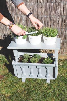 Handig om buiten vlakbij je keuken te zetten; dit tafeltje voor je kruidenplantjes. Gemaakt van een eikenhouten lectuurbak.