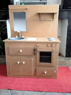 Tips, tricks and lots of ideas for kids . Cardboard Kitchen, Cardboard Play, Cardboard Crafts, Doll Furniture, Dollhouse Furniture, Diy Kids Kitchen, Diy Karton, Kitchen Models, Miniature Kitchen