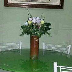 Este arranjo as flores  são feitas em papel. Espero que gostem.