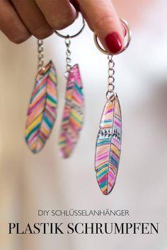 DIY Geschenkidee Schlüsselanhänger selber machen Folie schrumpfen Plastik Federn - DIY Anleitung do it yourself basteln Blog