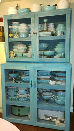 Pyrex collection owned and designed by 'Sanya' Photo Credit - Sanya. Love this china hutch Vintage Kitchenware, Vintage Dishes, Vintage Glassware, Vintage Pyrex, Pyrex Display, Kitchen Decor, Teal Kitchen, Vintage Antiques, Midcentury Modern