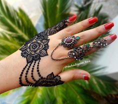 Fascinating new year mehndi designs for hands and arms are just perfect for enhancing your beautiful appearance and personality. Hardly, there would be any woman who has not applied mehndi on her and arms. Traditional Mehndi Designs, Indian Henna Designs, Latest Henna Designs, Unique Mehndi Designs, Mehndi Designs For Fingers, Beautiful Mehndi Design, Mehndi Design Images, Simple Mehndi Designs, Henna Tattoo Designs