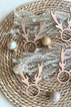 KerstmisTable accessories - Napkin ring Reindeer Tafelaccessoires - Servetring Rendier Een mooi #feest begint met mooie decoratie. Deze leuke rendier servetringen maken je tafelschikking compleet! A beautiful celebration starts with beautiful decoration. These cute #reindeer #napkin #rings complete your table arrangement! Christmas Deco, Brooch, Beautiful, Jewelry, Brooch Pin, Jewellery Making, Christmas Decor, Jewels, Jewlery