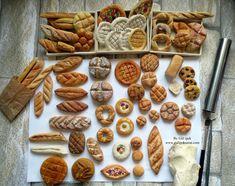 Mini ekmek çeşitleri  malzeme monaclay hava ile kuruyan hamur .Tamamı el yapımı mini ekmekler.Gül ipek istanbul /türkiye   miniature breads  #miniaturefood #fakefood #photo #clayart #monaclay #mini #ekmek #bread #tiny #art #gulipeksanat #gulipek #istanbul