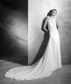 VENETO style: Original, flared wedding dress in silk gauze with a halter neckline. Blouson bodice with white flowers at the neck. Elegant wedding dress for a dream wedding.