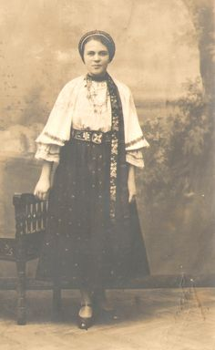 Principalele piese de port:iia ,cratinta,surtul,poalele,la femei, camasa,cioarecii,pieptarul,la barbati. Aveau acelasi croi de la copii pana la batrani,se deosebeau doar prin cusaturi. Dupa anul 1900,au inceput sa se introduca schimbari in port. De unde inainte de 1920 aproape toate piesele din lana erau albe,acum incep sa se introduca clicine si zechii negre sau seine. La femei se introduce rochia de stamba care inlocuieste cratinta,basmaua in locul valitoarii,laibarul in locul pieptarului.