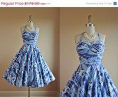 Sur la vente des années 50 robe - Vintage années 50 robe hawaïenne - coton blanc bleu nouveauté impression Halter XS - stabilisateurs et Surf