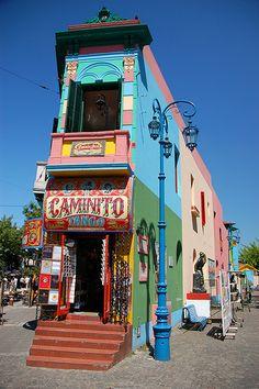 """Caminito, Buenos Aires  """"Caminito é uma rua-museu e um logradouro tradicional, de grande valor cultural e turístico,[carece de fontes] localizado no bairro de La Boca, na Cidade de Buenos Aires, Argentina. O lugar adquiriu significado cultural devido a ter inspirado a música do famoso tango Caminito (1926), composta por Juan de Dios Filiberto."""""""