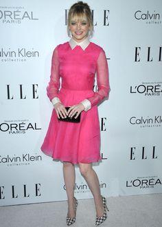 Emma Stone con vestido preppy rosa con cuello y puños blancos, de Valentino.