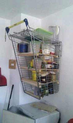 Una estante de carrito de compras reciclado