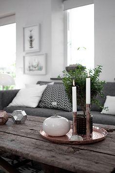 plateau marocain en cuivre, bougeoirs avec bougies blanches et table en bois brut
