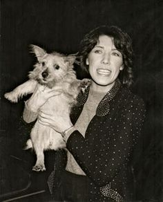 Lily Tomlin with a dog on her shoulder Stand Up Comedy Videos, Rachel Shelley, Lara Pulver, Elizabeth Mitchell, Stand Up Comedians, Jane Fonda, People Like, American Actress, Celebrities