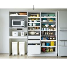 ディノス(dinos)オンラインショップ、こちらはリフォームみたいにすっきり!引き戸パントリースライド食器棚 幅118cmの商品ページです。商品の説明や仕様、お手入れ方法、 買った人の口コミなど情報満載です。 Japanese Kitchen, Japanese House, Kitchen Dining, Kitchen Cabinets, Kitchen Appliances, Diy Storage, Kitchen Storage, Japanese Interior, French Door Refrigerator