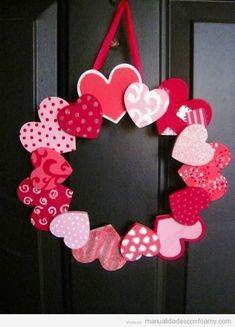 Corona de corazones en goma eva, manualidad para San Valentín Más #gomaevamanualidades