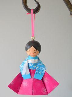 Korean Clothespin Doll Ornament in Jong-i by mysakuraprincess Korean Hanbok, Clothespin Dolls, Korean Traditional, South Korea, Ems, Christmas Ornaments, Holiday Decor, Unique Jewelry, Handmade Gifts