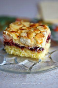 Składniki:*na biszkopt- 4 jajka- 90g mąki pszennej- 40g mąki ziemniaczanej- 1 łyżka letniej wody- 1 łyżeczka proszku do pieczenia- 130g cukru*dodatkowo- 1 opakowanie kremu do karpatki- 1 słoiczek dżemu, np. wiśniowego- 1 op. podłużnych biszkoptów- płatki migdałowe do Czytaj dalej Sweet Desserts, Sweet Recipes, Delicious Desserts, Cake Recipes, Dessert Recipes, Potica Bread Recipe, Polish Desserts, Sweet Cakes, How Sweet Eats