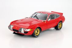 Hersteller: Kyosho Maßstab: 1:18 Fahrzeug: Ferrari 365 GTB/4 Baujahr: 1977 Artikelnummer: 08165R Farbe: rot / gold EAN 4548565221257 Das Modell wurde in der gewohnt hochwertigen Kyosho-Qualität produziert und spiegelt das Original bestmöglich wieder.  Modellbesonderheiten:  originalgetreue Innenraumausstattung detaillierter Motorraum lenkbare Vorderräder zu öffnende Motorhaube, Türen und Kofferraum