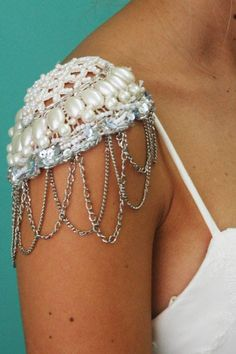 Detalle charreteras Bride Accessories, Shoulder Pads, Diy Fashion, Hair Pins, Glamour, Cosplay, Embroidery, Chain, Detail