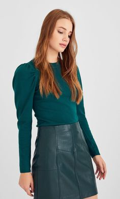 Puffy sleeve sweater in Stradivarius for only 4995 Ft available for a limited time. Knitwear for women always on trend, come in and find out now! Manga, Look Fashion, New Outfits, Denim Skirt, Knitwear, Ideias Fashion, High Waisted Skirt, Sweaters For Women, Mini Skirts