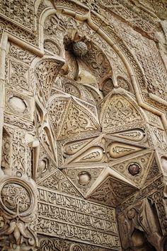 Ulu cami/Divriği/Sivas/// Bu eseri farklı ve özgün kılan bir diğer özellik de, uzaktan bakıldığında simetrik olduğu düşünülen, fakat özünde asimetrik olan bezemelerde yer alan on binlerce motifin hiç birinin bir daha kendini tekrar etmemesi; kâinattaki farklı varlıkların muhteşem bir ahenk ve denge içerisinde olduklarının taşa nakşedilerek gözler önüne serilmesidir. Islamic Architecture, Historical Architecture, Art And Architecture, Architecture Details, Islamic Calligraphy, Sacred Art, Islamic Art, Nice View, Art Forms