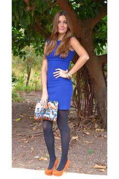 e53666521f842 Tubino blu elettrico con calze blu navy coprenti e dècolletès cuoio