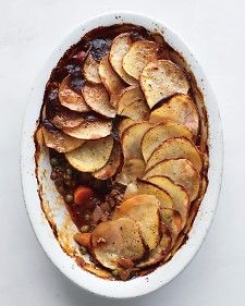COTTAGE PIE topped with Potato Slices. A traditional cottage pie is made with ground beef and topped with mashed potatoes. For shepherd's pie, use lamb or try a turkey twist: Add 2 cups finely minced turkey meat along with the peas. Irish Recipes, Pie Recipes, Cooking Recipes, Recipies, Lamb Recipes, Yummy Recipes, Yummy Food, What's Cooking, Healthy Food