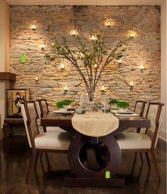La iluminación es un factor muy importante que hará destacar aún más una pared revestida en piedra, cumpliendo labores decorativas y funcionales.  Aquí os mostramos un ejemplo interesante e inspirador.    Puedes consultar nuestro catálogo de productos de piedra artificial decorativa Thermostone en www.thermostone.es