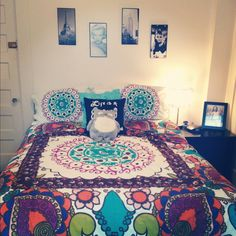 College apartment bedroom. This is a cute design, including the wall decor!