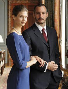 Cambio de look: de trendy a lady para el posado del compromiso matrimonial con el príncipe.