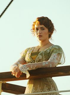 Kate Winslet Green Titanic / Edwardian Gown View - Wonderful job on the jewelry, hair, and this dress! Titanic Kate Winslet, Film Titanic, Rms Titanic, Leonardo Dicaprio, Titanic Costume, Leo And Kate, Actrices Hollywood, Movie Costumes, Film Serie