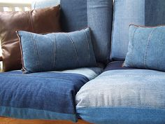 Re-Purposed Jeans: I want to do this in my camper! Add a red bandanna piping & pillows, totally perfect. Denim Couch, Denim Decor, Denim Art, Jean Crafts, Denim Crafts, Denim Furniture, Jean Diy, Jean Jean, Teepee Bed
