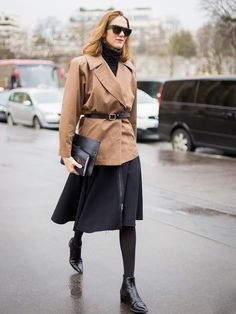 Update your office wear style with the latest looks on the streets! No matter the dress code, these 35 classy work outfits will surely get you inspired. Look Office, Office Wear, Office Outfits, Turtleneck Outfit, Black Turtleneck, Streetwear, Classy Work Outfits, Warm Winter Hats, Black Midi Skirt