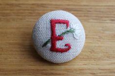 温かみのあるハンドメイド刺繍のイニシャルくるみボタンです。手作りバッグやお洋服、幼稚園のスモックにぴったりなアイテムです。******************... ハンドメイド、手作り、手仕事品の通販・販売・購入ならCreema。