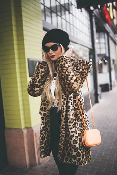 Faux Fur Leopard - Barefoot Blonde by Amber Fillerup Clark Passion For Fashion, Love Fashion, Fashion Outfits, Sporty Fashion, Ski Fashion, Fashion Women, Fur Coat Outfit, Barefoot Blonde, Leopard Coat