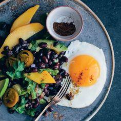 Deze versie van een warme Mexicaanse salade heeft een heerlijkebalans tussen zoete mango, hartige bonen, romige avocado, spiegeleieren, kruiden en een pittig accentvan de jalapeños.    1. Verhit de olie in een koekenpan, voeg ui,...