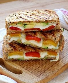 Croque-monsieur mozza avocat et poivron A croissant in mozzarella, avocado and peppers. A good vegetarian recipe idea. Think Food, Love Food, Best Vegetarian Recipes, Healthy Recipes, Vegetarian Food, Avocado Dessert, Salty Foods, Avocado Toast, Food Inspiration