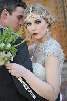 What about timeless wedding hairstyles? Have a peek of vintage wedding hairstyles from Gatsby-inspired looks to Old Hollywood glamour. Flapper Wedding, Vintage Wedding Hair, Short Wedding Hair, Gatsby Wedding, Mod Wedding, Vintage Bridal, Chic Wedding, Wedding Styles, Short Hair