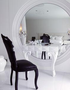 Если квадратура не позволяет, туалетный столик все равно может быть потрясающе красивым и вместительным. Для этого есть модели с откидными верхними крышками