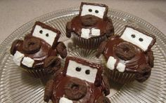 Ready for some more Disney inspired cupcakes? This time I made some Tow Mater cupcakes. Tow Mater is an adorable character from the Disney's. Disney Cars Birthday, Cars Birthday Parties, 2nd Birthday, Birthday Ideas, Birthday Cakes, Fondant, Disney Cupcakes, Cupcake Cakes, Party Cupcakes