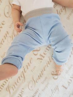 Modré+bavlněné+tepláčky+tenké,+vel.+74-80+Pohodlné+tepláčky+pro+chlapce+i+děvčata+s+příjemné+recy+bavlny.+Barva+světlunce+modrá,+úplet+v+pase+šedo+béžový.+Šité+overlockem,+nohavice+do+úpletů.+Délka+dle+foto,+odpovídá+velikosti+74-80.+Možno+dokoupit+kabátek+jako+komplet.