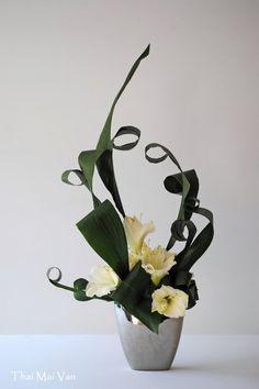 Purple Wedding Centerpieces, Purple Wedding Flowers, Wedding Flower Arrangements, Flower Bouquet Wedding, Tall Centerpiece, Flower Bouquets, Modern Floral Design, Floral Event Design, Ikebana Arrangements