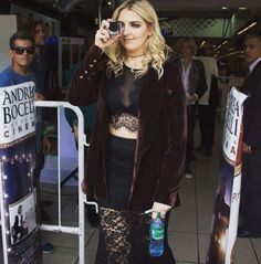 Rydel lynch and on the background you see Ross lynch