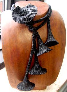 collana nera con piccole trombe (questa dovrebbe essere di perline, da provare)
