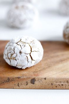 La recette des amaretti fondants d'Ottolenghi Ottolenghi Recipes, Yotam Ottolenghi, Biscuit Amaretti, Otto Lenghi, Sweet Cooking, Kinds Of Cookies, Cookies Et Biscuits, Cake Recipes, Food And Drink