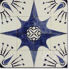 Painel composto por dezesseis azulejos brancos, decorados com estrela de oito pontas e elementos florais, em tons de azul; fixados em placa; 60 cm de lados. Apresenta pequenos bicados.