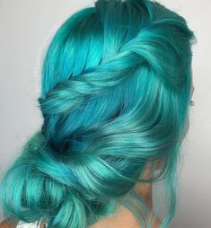 Women are celebrating the colors of the sea with vibrant mermaid hair. Best of all, ladies of all hair lengths can take part in the trend. Cute Hairstyles, Wedding Hairstyles, Bob Short, Unicorn Hair Color, Pulp Riot Hair Color, Blonde Dye, Cute Hair Colors, Mermaid Hair, Dream Hair