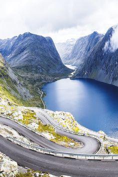 Droomroute voor je roadtrip: rijden over slingerende wegen langs fjorden in Noorwegen.